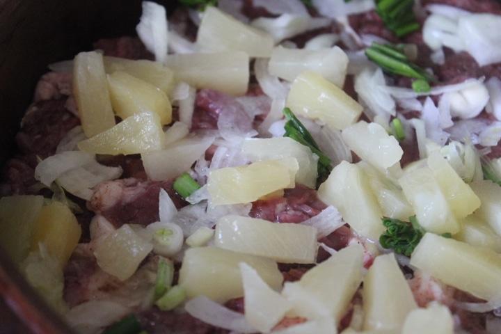 Фото рецепта - Свинина с ананасами в сметане - шаг 4