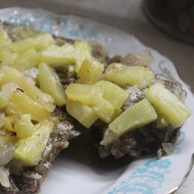 Свинина с ананасами в сметане - рецепт с фото