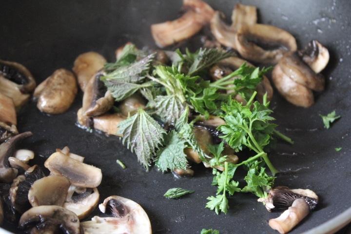 Фото рецепта - Весенний суп с зеленью и грибами - шаг 4