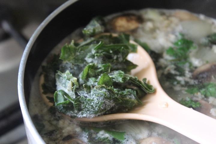 Фото рецепта - Весенний суп с зеленью и грибами - шаг 6
