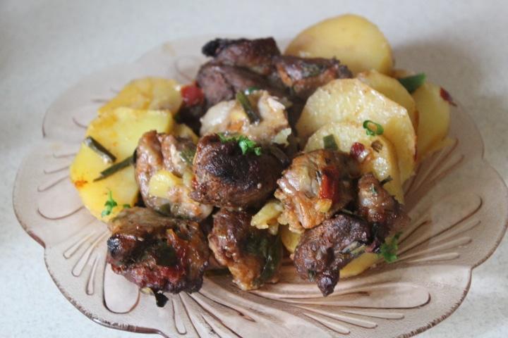 Жаркое из картофеля и свинины в томатном соусе