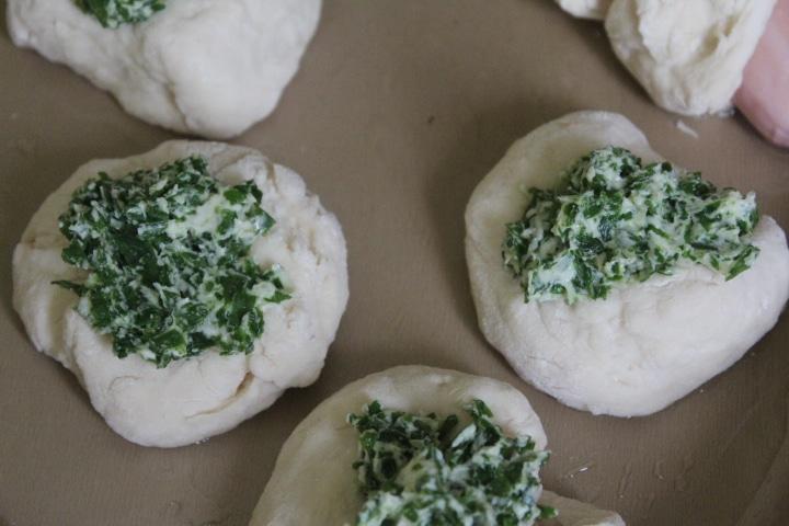 Фото рецепта - Дрожжевые булочки с луком, чесноком и молодой крапивой - шаг 4
