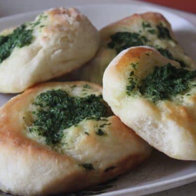 Дрожжевые булочки с луком, чесноком и молодой крапивой - рецепт с фото