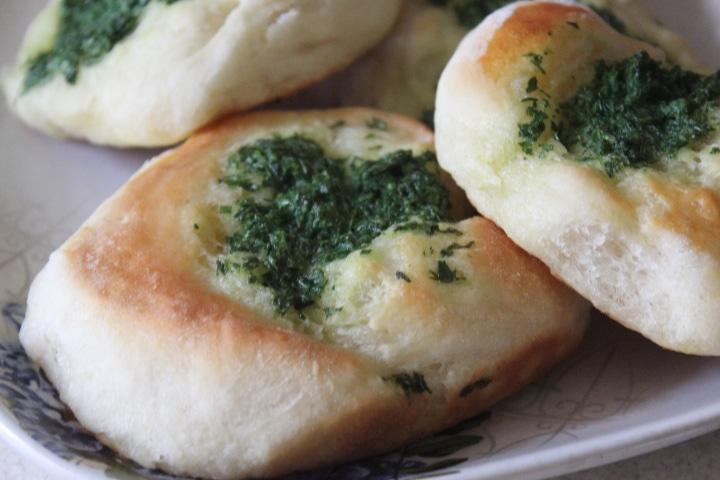 Фото рецепта - Дрожжевые булочки с луком, чесноком и молодой крапивой - шаг 5