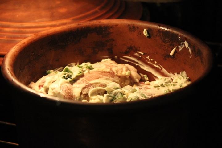 Фото рецепта - Мясные рулетики с грибами в сметанно-луковом соусе - шаг 6