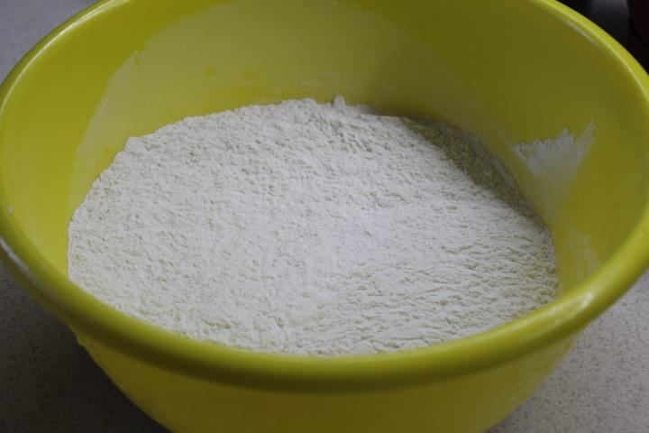 Фото рецепта - Кулич-краффин с сухофруктами и цукатами - шаг 3