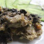 Запеченная курица, с изюмом и грибами