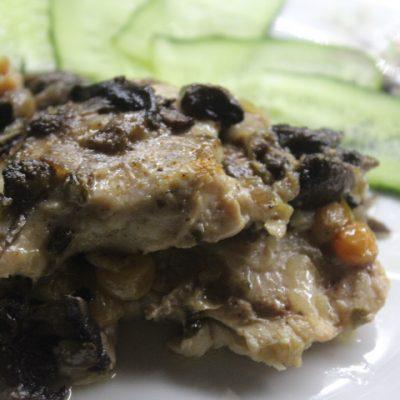 Запеченная курица, с изюмом и грибами - рецепт с фото