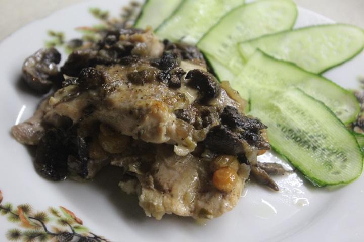 Фото рецепта - Запеченная курица, с изюмом и грибами - шаг 8