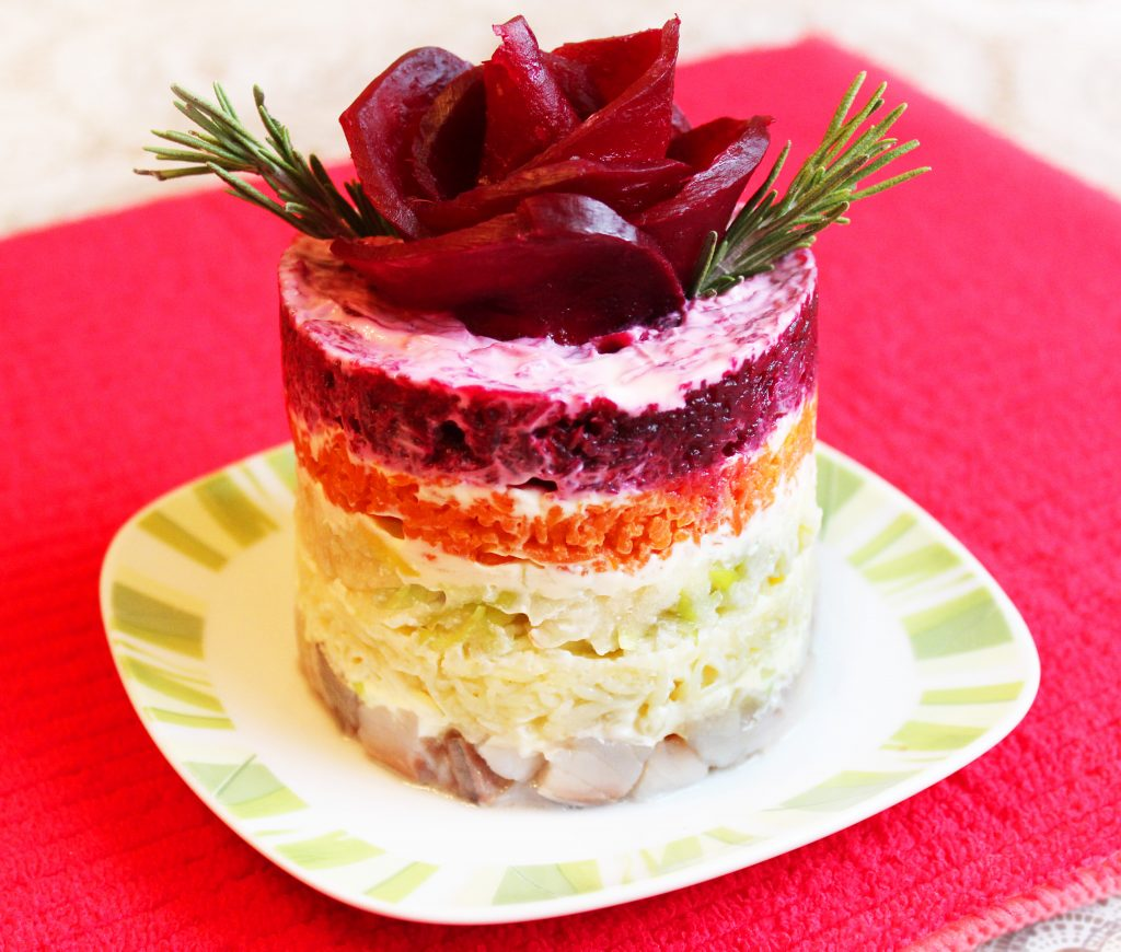 Фото рецепта - Порционный салат «Селедка под шубой» с яблоком без яиц (постный) - шаг 6
