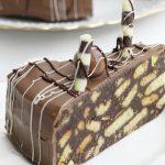 Шоколадный торт «Сладкая колбаска» с орехами