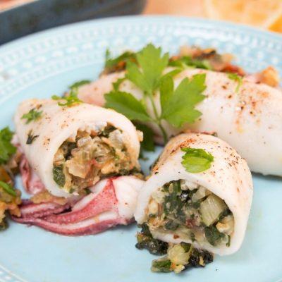 Запеченные кальмары, фаршированные шпинатом и орехами - рецепт с фото