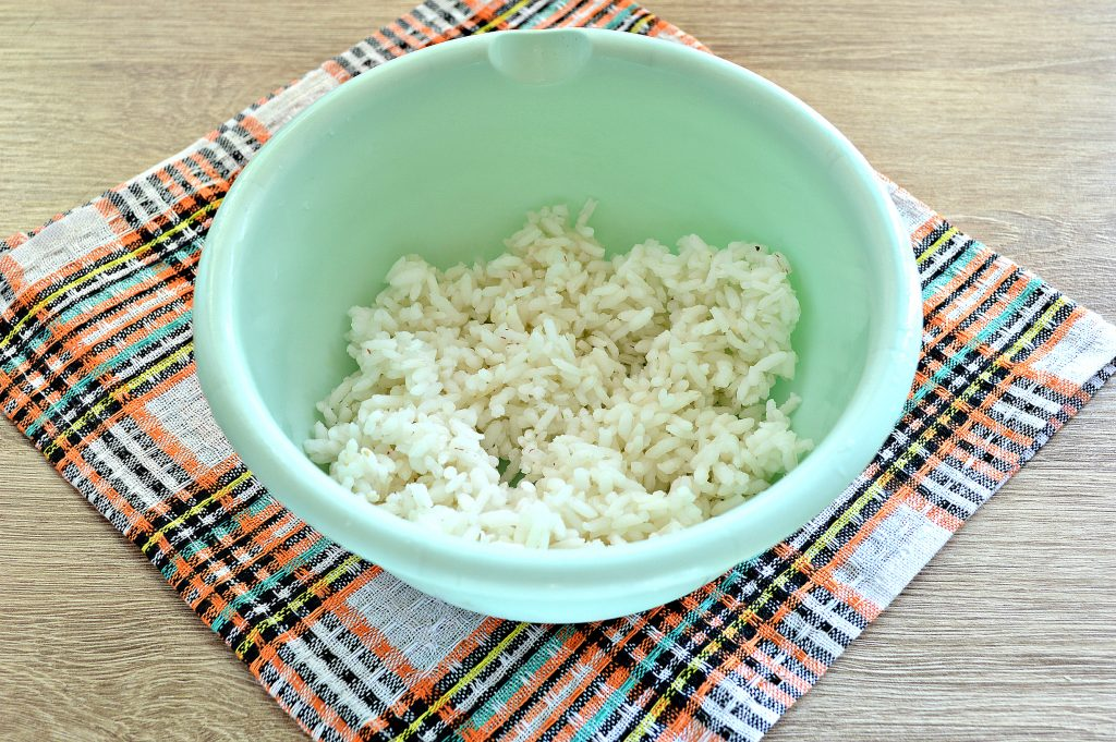 Фото рецепта - Жареные пирожки с рисом и яйцом - шаг 1