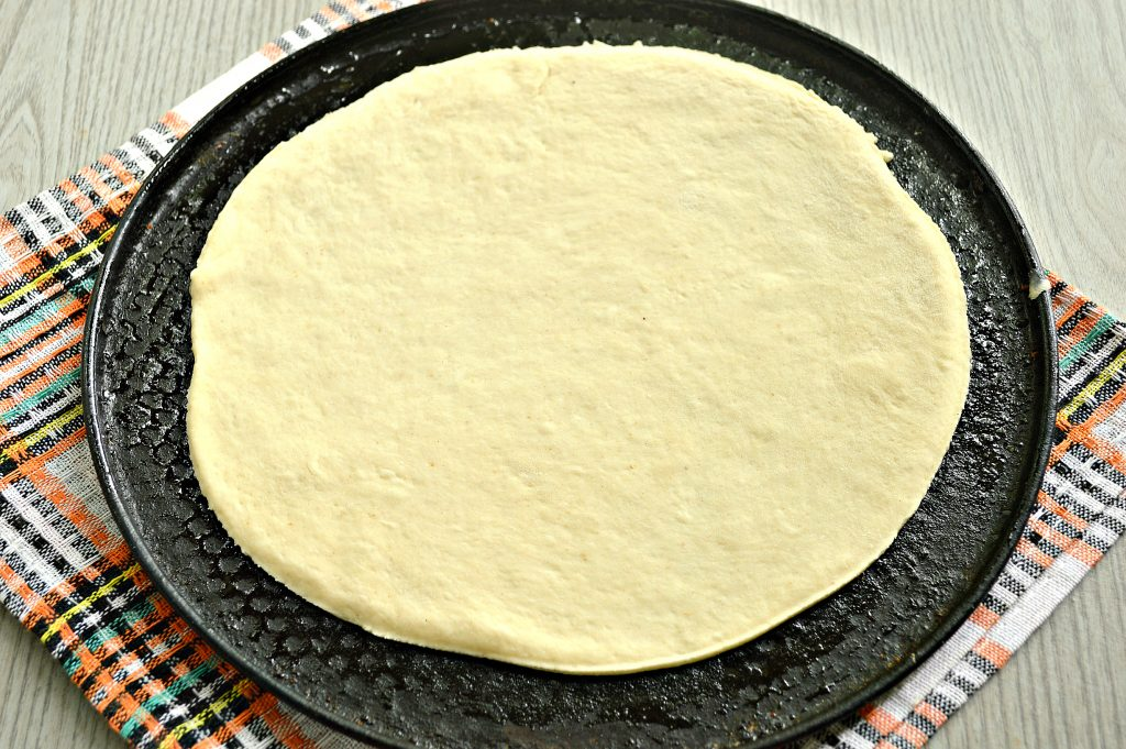Фото рецепта - Пицца на дрожжевом тесте с колбасой и помидором - шаг 1