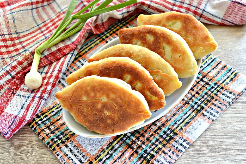Фото рецепта - Жареные пирожки с рисом и яйцом - шаг 10