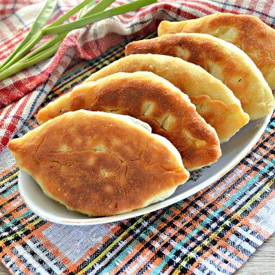 Жареные пирожки с рисом и яйцом - рецепт с фото
