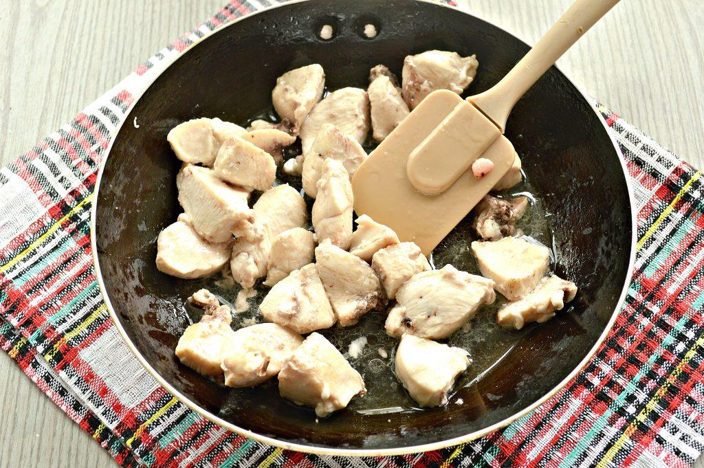 Фото рецепта - Гуляш из куриной грудки с подливкой - шаг 2