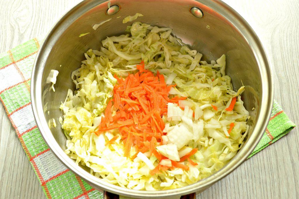 Фото рецепта - Молодая капуста, тушенная с фаршем - шаг 2