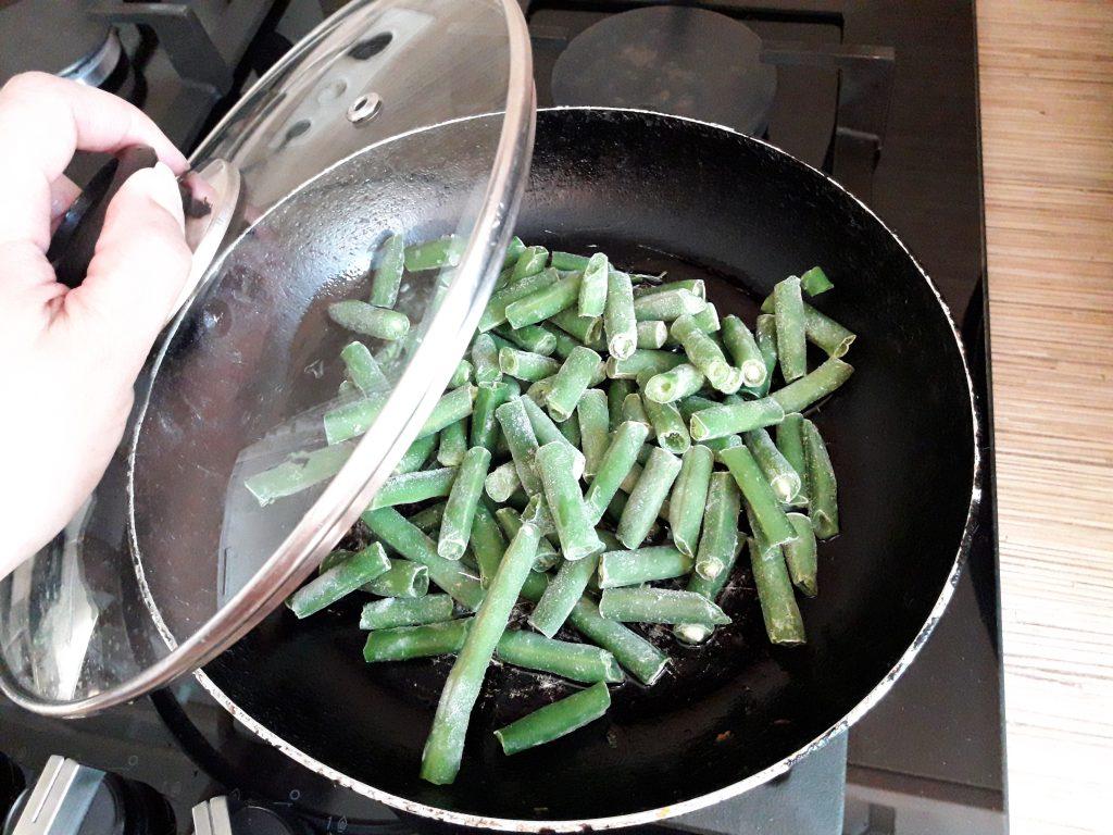 Фото рецепта - Салат с тунцом и стручковой фасолью - шаг 2
