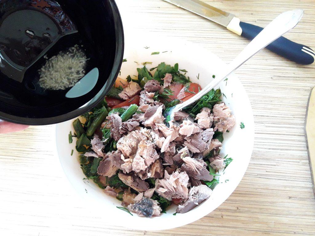 Фото рецепта - Салат с тунцом и стручковой фасолью - шаг 9