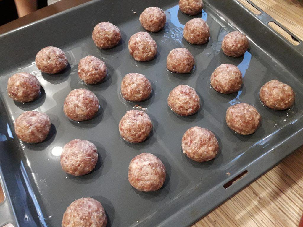Фото рецепта - Тефтели со сливочно-томатной подливкой, в духовке - шаг 3