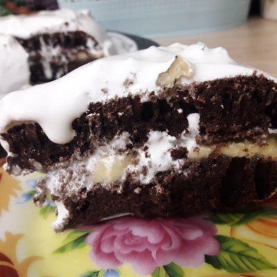 Шоколадный торт с бананами и белковым кремом в мультиварке - рецепт с фото