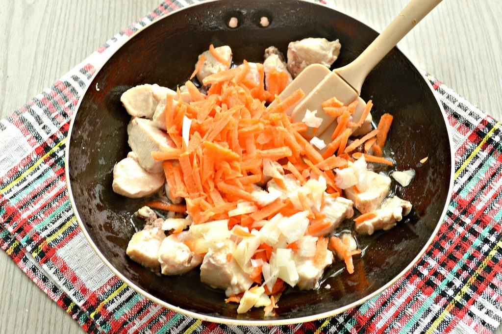 Фото рецепта - Гуляш из куриной грудки с подливкой - шаг 3