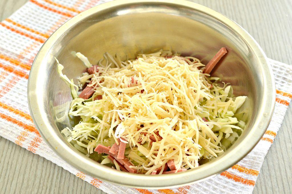 Фото рецепта - Салат из молодой капусты с сыром и колбасой - шаг 3