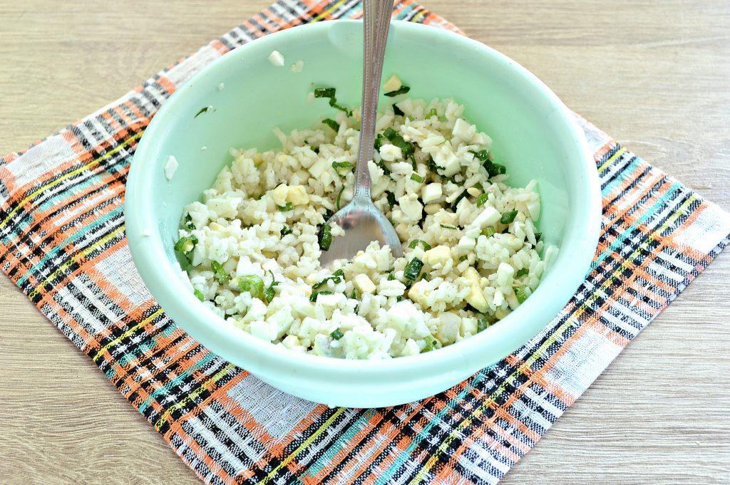 Фото рецепта - Жареные пирожки с рисом и яйцом - шаг 4