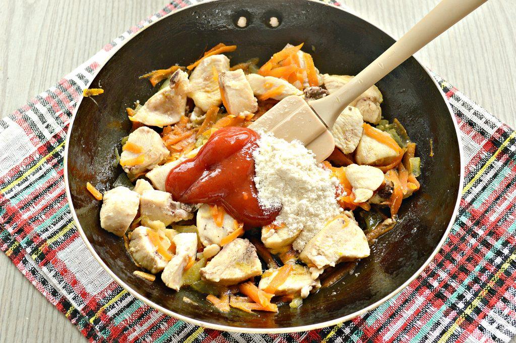 Фото рецепта - Гуляш из куриной грудки с подливкой - шаг 4