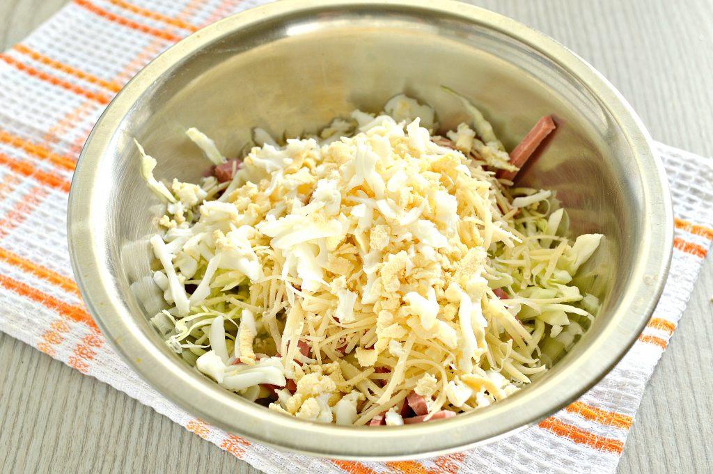 Фото рецепта - Салат из молодой капусты с сыром и колбасой - шаг 4