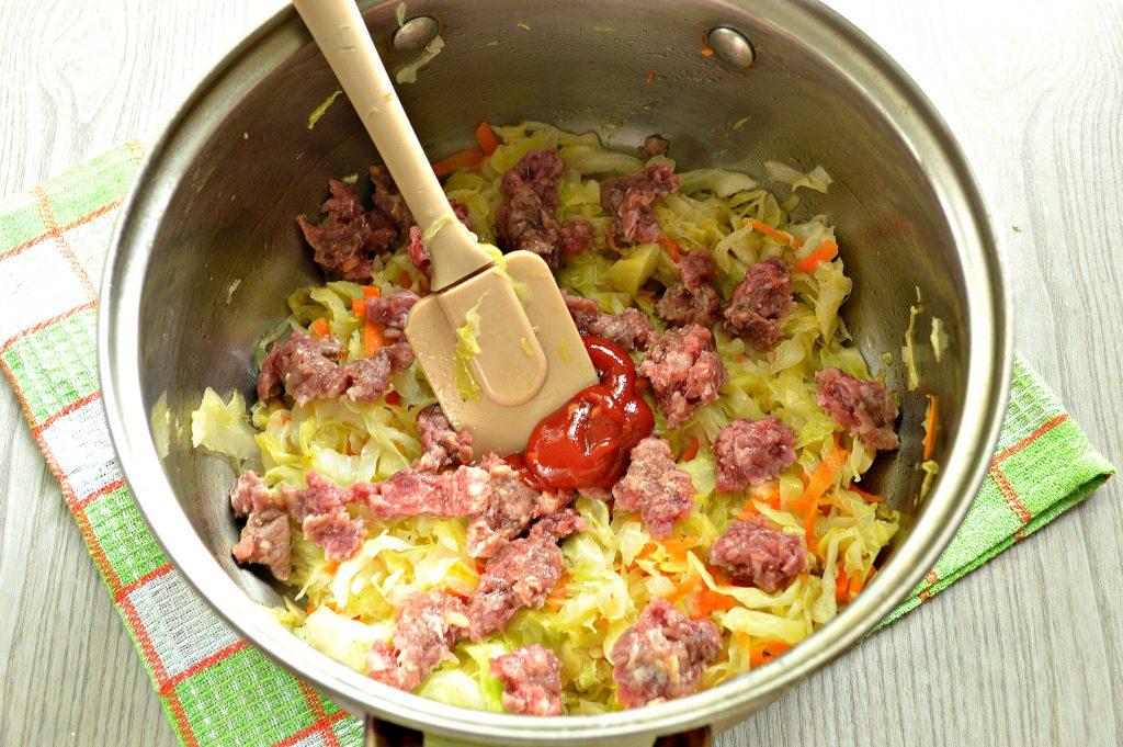 Фото рецепта - Молодая капуста, тушенная с фаршем - шаг 4