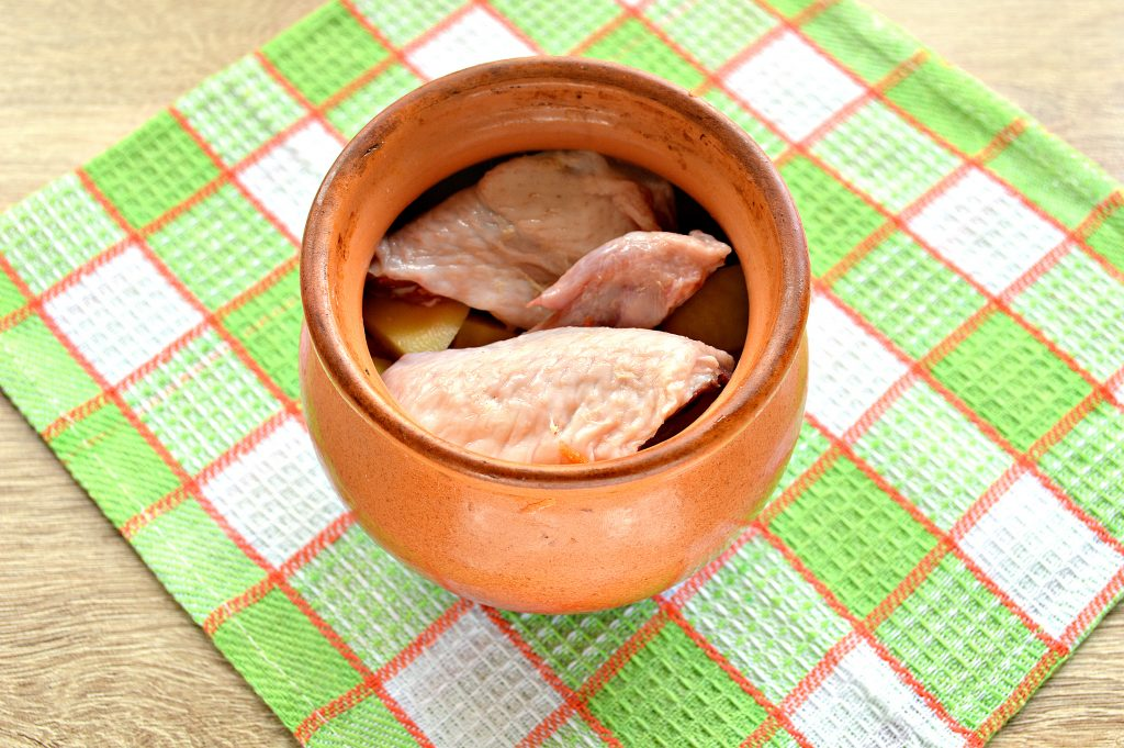 Фото рецепта - Куриные крылышки в горшочке с картофелем - шаг 5