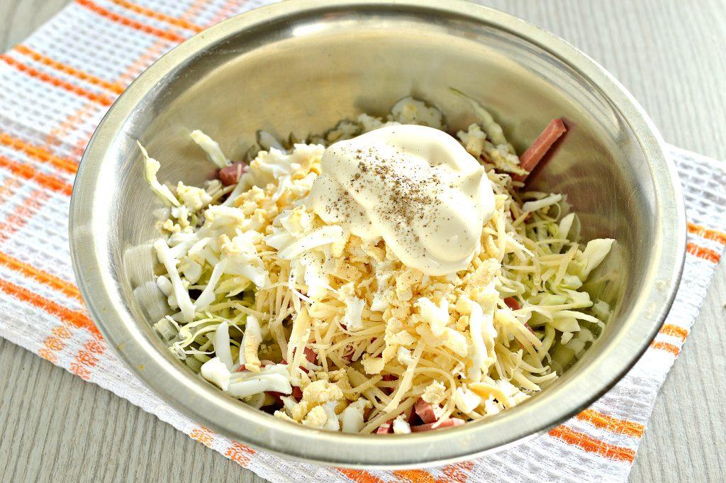 Фото рецепта - Салат из молодой капусты с сыром и колбасой - шаг 5
