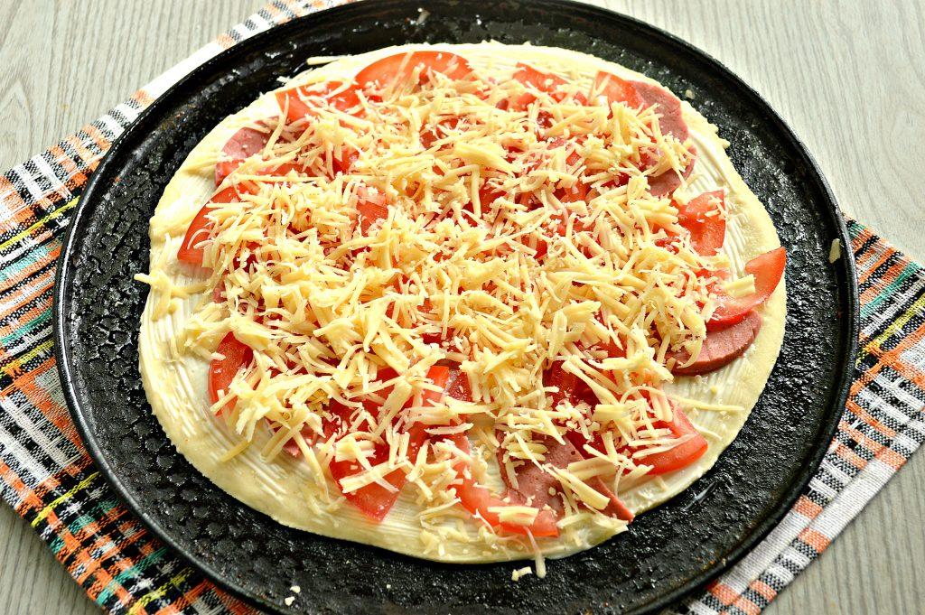 Фото рецепта - Пицца на дрожжевом тесте с колбасой и помидором - шаг 5