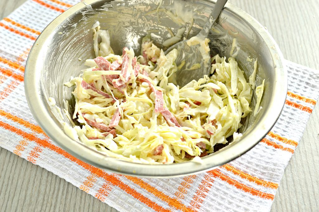 Фото рецепта - Салат из молодой капусты с сыром и колбасой - шаг 6