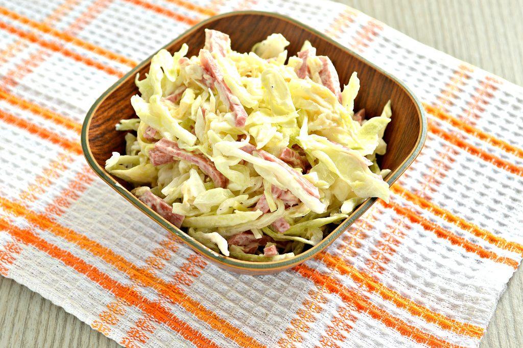 Фото рецепта - Салат из молодой капусты с сыром и колбасой - шаг 7