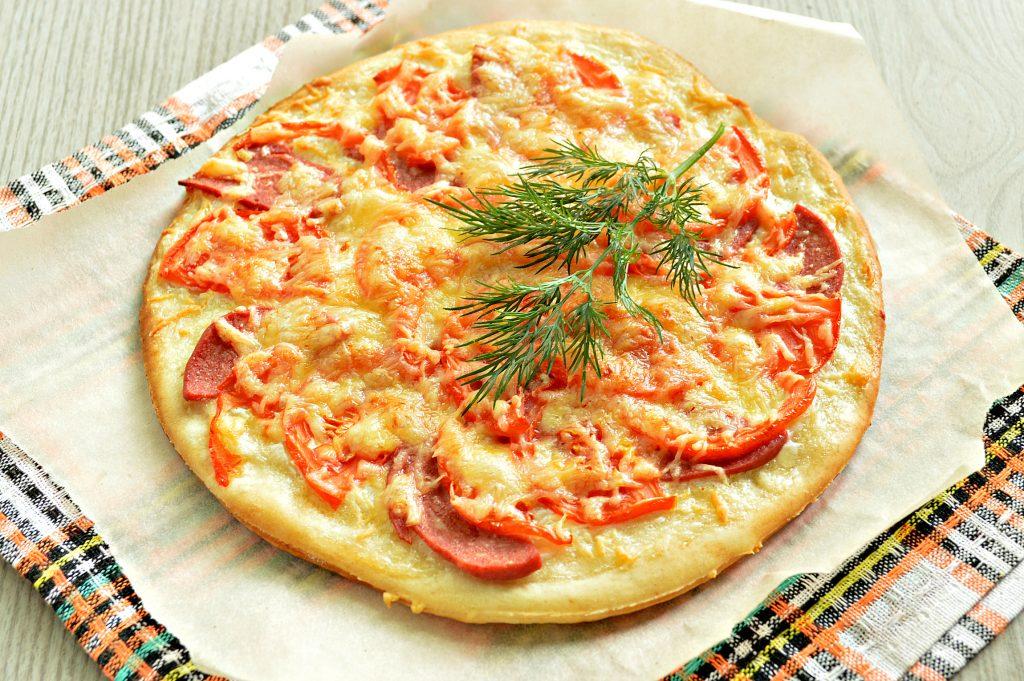 Фото рецепта - Пицца на дрожжевом тесте с колбасой и помидором - шаг 7