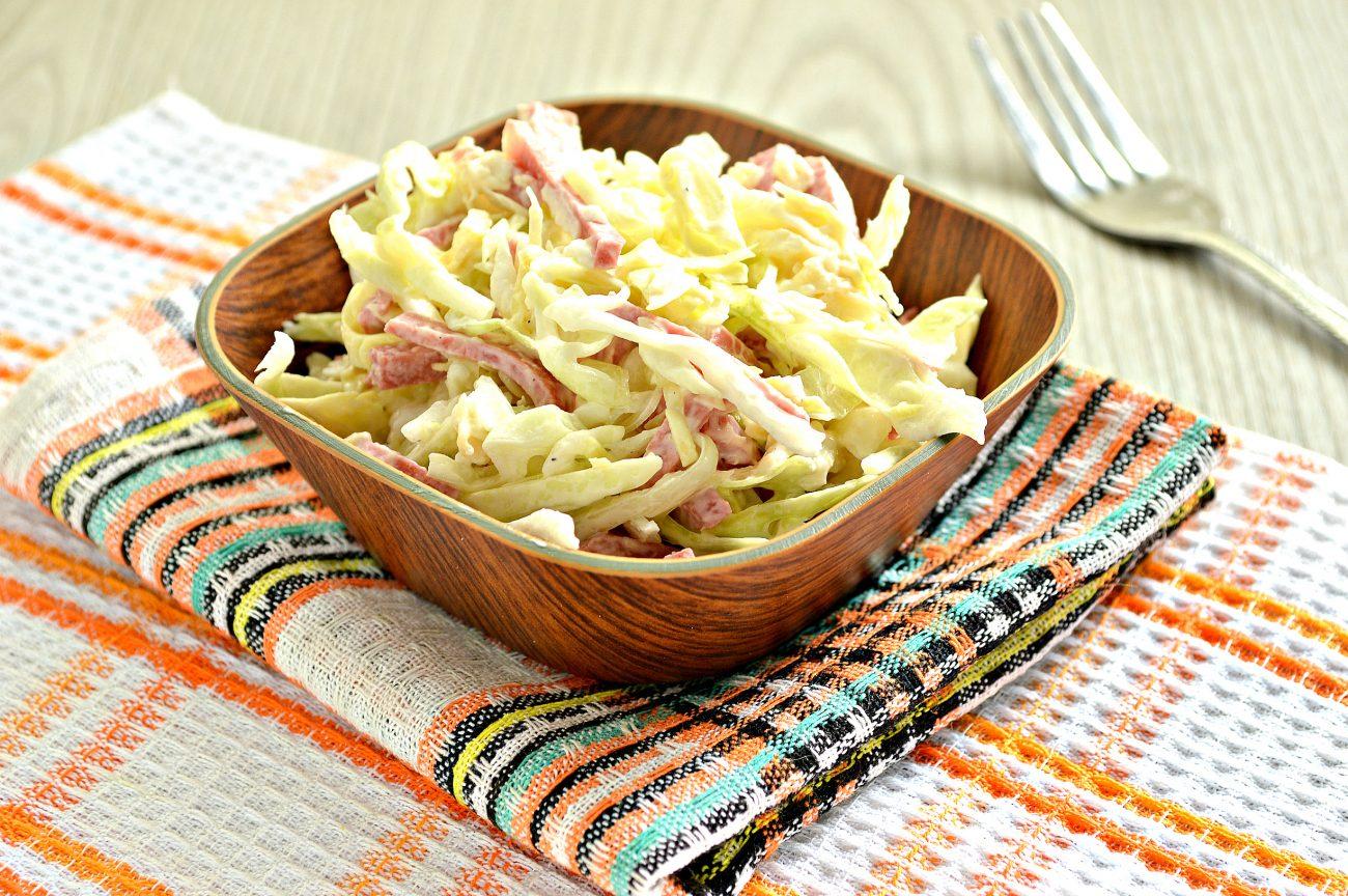 Салат из молодой капусты с сыром и колбасой