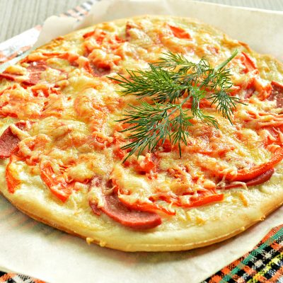 Пицца на дрожжевом тесте с колбасой и помидором - рецепт с фото