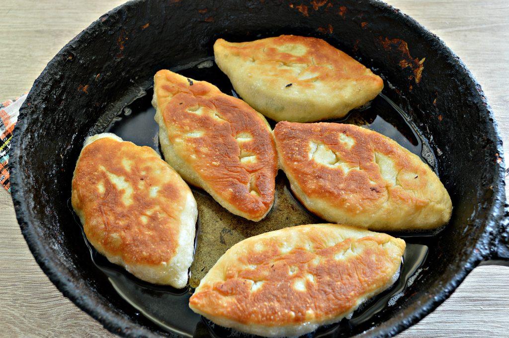 Фото рецепта - Жареные пирожки с рисом и яйцом - шаг 8