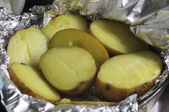 Фото рецепта - Фаршированный картофель с копченостями - шаг 1