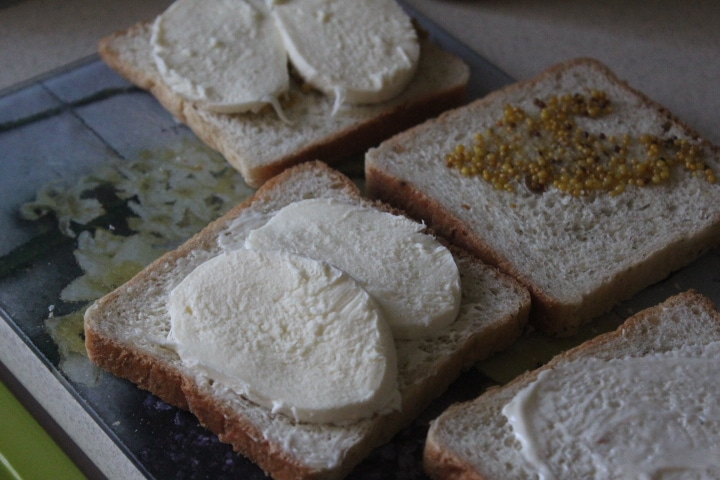 Фото рецепта - Сэндвичи с моцареллой к завтраку - шаг 3