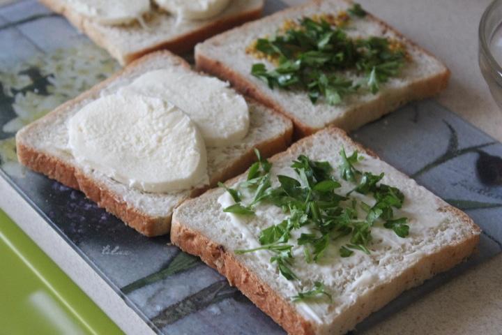 Фото рецепта - Сэндвичи с моцареллой к завтраку - шаг 4