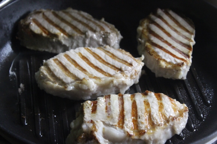 Фото рецепта - Свиные стейки с соусом чимичурри - шаг 4