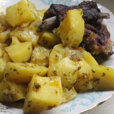 Картофель с копчеными ребрышками в духовке - рецепт с фото