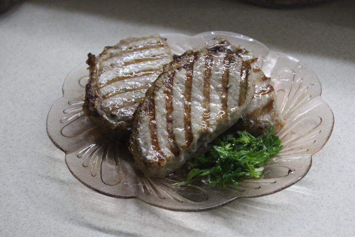 Фото рецепта - Свиные стейки с соусом чимичурри - шаг 6