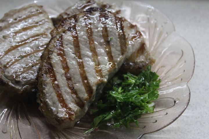 Фото рецепта - Свиные стейки с соусом чимичурри - шаг 7
