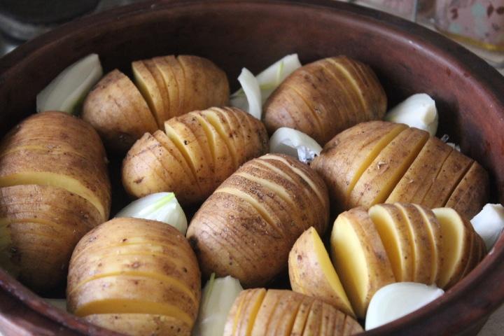 Фото рецепта - Картофель-гармошка с чесноком и зеленью – хрустящий и вкусный гарнир - шаг 1