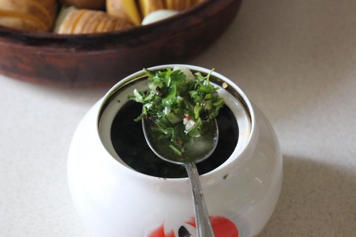 Фото рецепта - Картофель-гармошка с чесноком и зеленью – хрустящий и вкусный гарнир - шаг 5